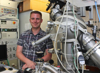 Absolvent Hagen Grüttner an der PLD-Anlage, die er selbst konstruiert und gebaut hat.