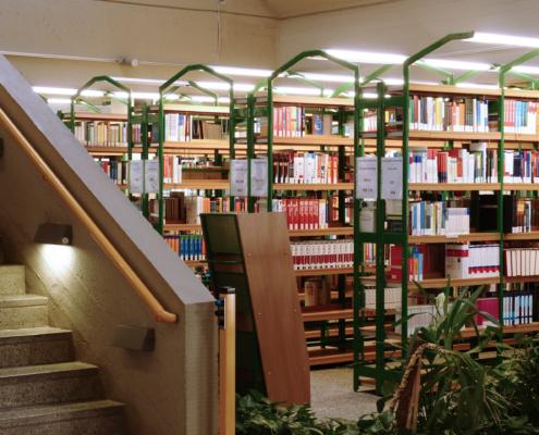 Die Hochschulbibliothek bietet 180.000 Printmedien, zahlreiche E-Books, E-Journals und Datenbanken.