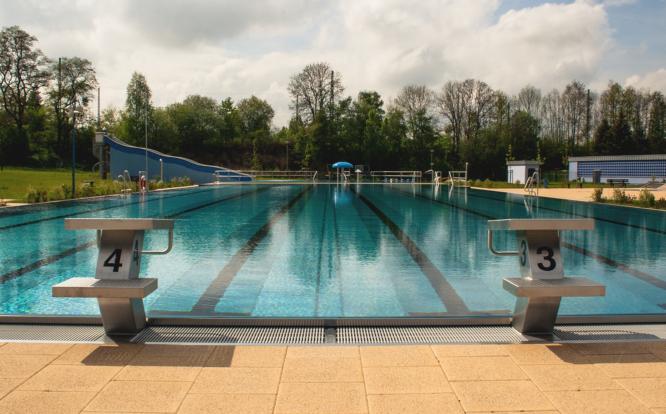 Im Mittweidaer Freibad kannst du im Sommer herrlich entspannen und einen stressigen Tag ausklingen lassen.