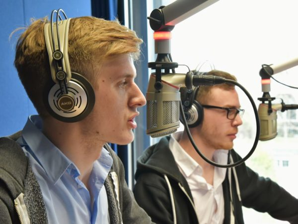Beim kleinsten UKW-Radiosender Deutschlands kannst du die ersten Schritte deiner Karriere als Radiomoderator gehen.